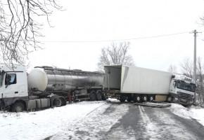 Zderzenie samochodów ciężarowych na drodze wojewódzkiej-26881