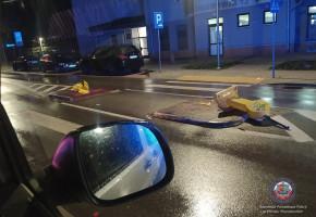 Nietrzeźwy zdemolował znaki, citroena i uciekł-28471
