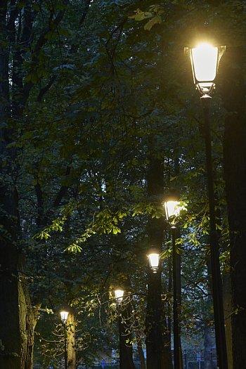 Nowe oświetlenie w parku-1982